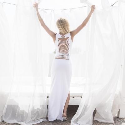 długa biała sukienka z nadrukiem