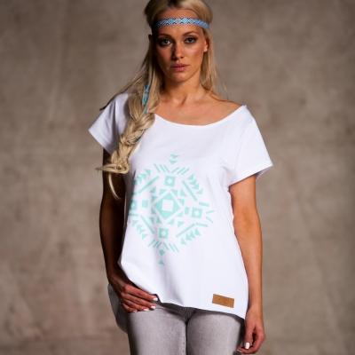 biały t-shirt z krótkim rękawem ozdobiony nadrukiem