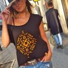t-shirt czarny z krótkim rękawem ozdobiony nadrukiem