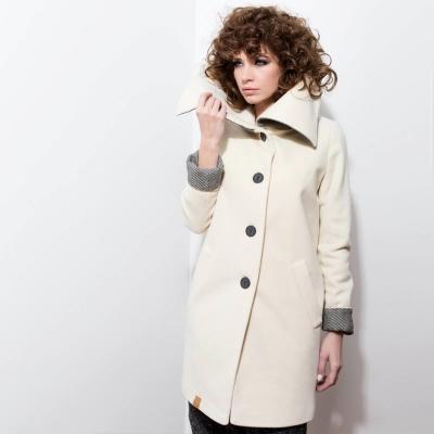 Pękny jasnobeżowy wełniany płaszcz z wysokim kołnierzem jesień / zima